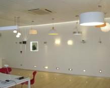 Esposizione di lampadari e punti luce